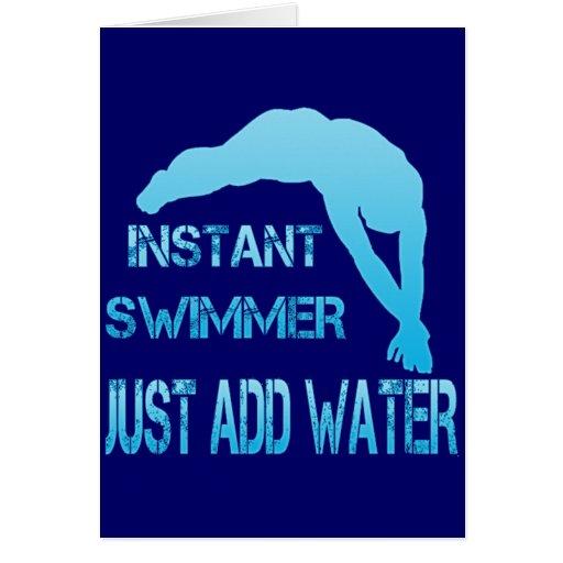 El nadador inmediato apenas añade el agua tarjeta de felicitación