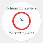 El nadar en mi agua principal en mis venas pegatina redonda