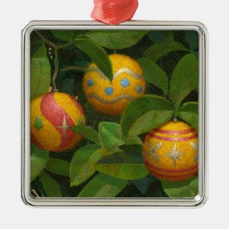 El naranja adorna la taza del navidad adorno navideño cuadrado de metal