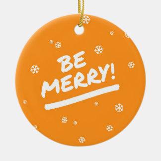 El naranja de la diversión sea felices copos de adorno navideño redondo de cerámica