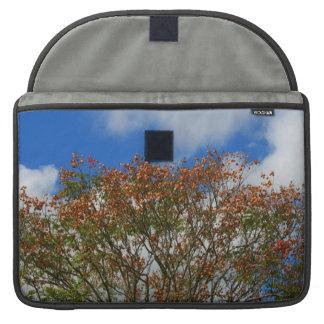 El naranja del cielo azul del árbol florece imagen fundas para macbook pro
