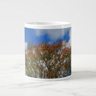 El naranja del cielo azul del árbol florece imagen taza grande