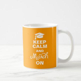 El naranja guarda calma y marzo en la taza de la