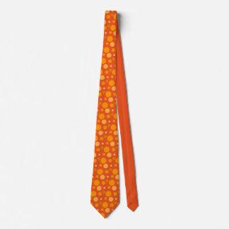 El naranja mancha la corbata