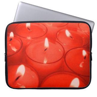 El naranja mira al trasluz el bolso de la electrón mangas computadora