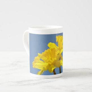 El narciso de la primavera florece el cielo azul d tazas de china