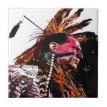 El nativo americano se prepara para bailar azulejo