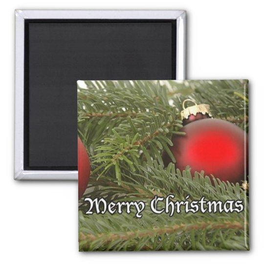 El navidad adorna en imán del pino