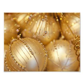 El navidad brillante brilló los ornamentos - oro fotografía