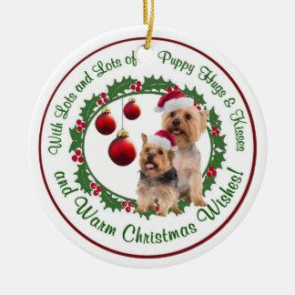 El navidad de Terrier sedoso abraza y besa el orna Ornamentos De Reyes