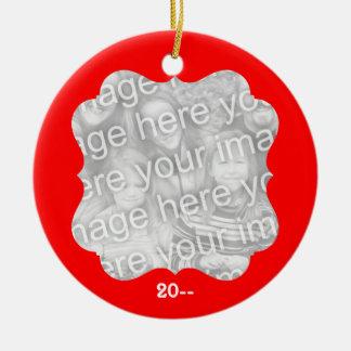 El navidad elegante personalizó su foto y año adorno redondo de cerámica