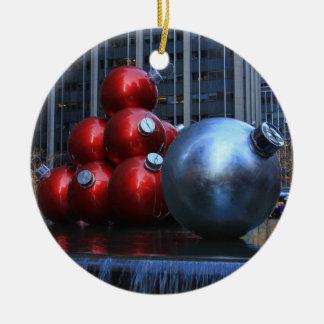 El navidad enorme de NYC adorna cerca de la ciudad Adorno Redondo De Cerámica