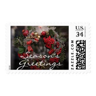 El navidad enrruella el colgante en un rojo y un sellos postales