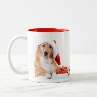 El navidad persigue con la asta y los regalos taza de dos tonos