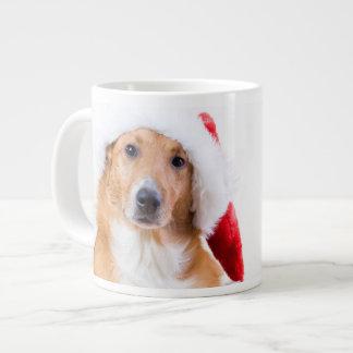 El navidad persigue con la asta y los regalos taza grande
