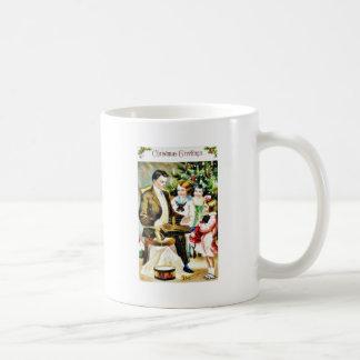 El navidad que saluda con un hombre juega algo tazas de café