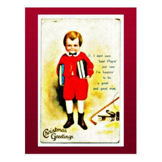 El navidad que saluda con un muchacho sostiene los tarjetas postales