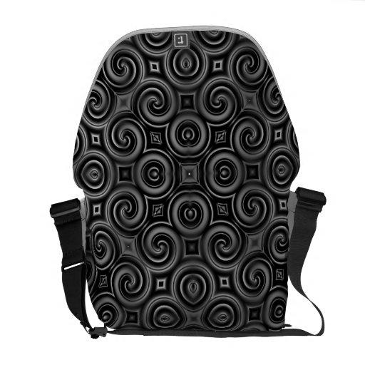 El negro agita grande bolsas de mensajeria