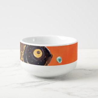El negro amarra el cuenco para sopa del Goldfish