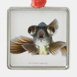 El negro amarra el goldfish (el auratus del adorno navideño cuadrado de metal