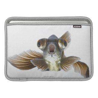 El negro amarra el goldfish (el auratus del Carass Funda Macbook Air