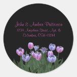 El negro con el tulipán florece etiquetas de direc