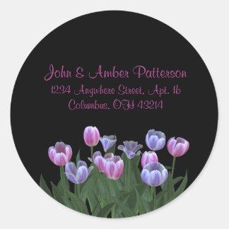 El negro con el tulipán florece etiquetas de pegatina redonda