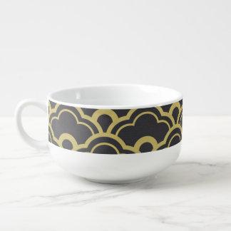 El negro de la hoja de oro horneado a la crema y tazón para sopa