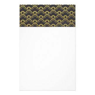 El negro de la hoja de oro horneado a la crema y papelería de diseño