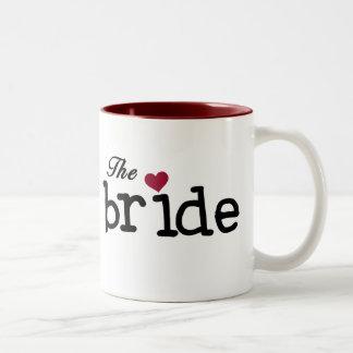 El negro de la novia con el corazón rojo taza de dos tonos