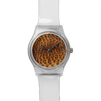 El negro del estampado leopardo manchó la reloj
