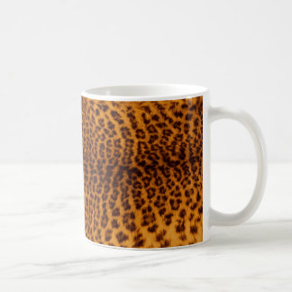 El negro del estampado leopardo manchó la taza de café