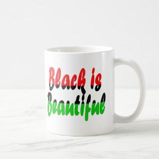 El negro es bandera Cacerola-Africana hermosa Taza Básica Blanca