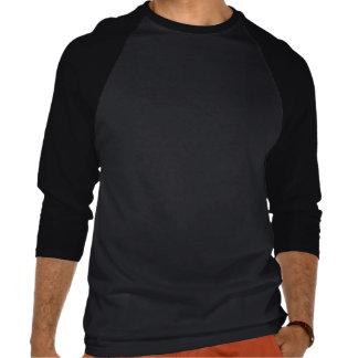 El negro grande enmascara la camiseta del raglán