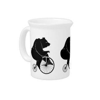El negro refiere la bici del vintage jarras para bebida