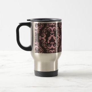 El negro rosado del damasco dispara contra las taza térmica