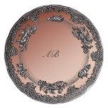 el negro y el cobre miran la placa con iniciales d plato de comida