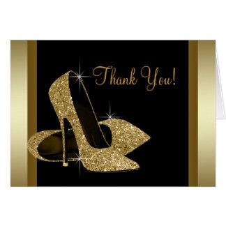 El negro y el zapato del tacón alto del oro le agr tarjetón