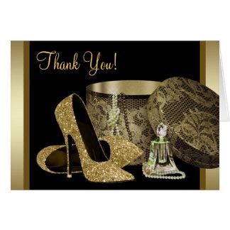 El negro y los zapatos del tacón alto del oro le a tarjeton