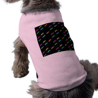 El neón colorea el bigote rizado en negro playera sin mangas para perro