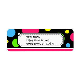 El neón colorido raya la cal rosada del trullo de  etiquetas de remite