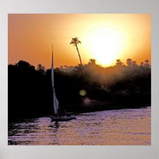 El Nilo y Felucca en la puesta del sol (1) Poster