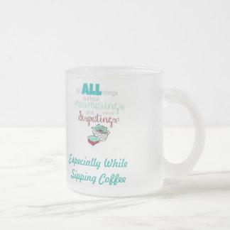 El ningún quejarse mientras que sorbe el café taza de cristal