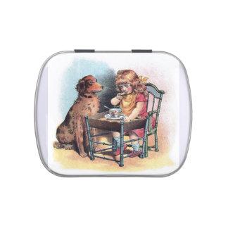 El niño de observación del perro come jarrones de dulces