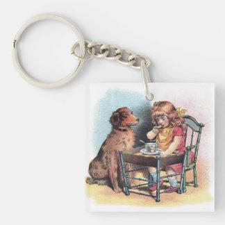 El niño de observación del perro come llavero cuadrado acrílico a una cara