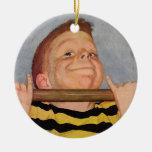 El niño del vintage, muchacho que hace a Chin sube Ornamento Para Arbol De Navidad