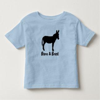 El niño nacido y crió colores de la camiseta del