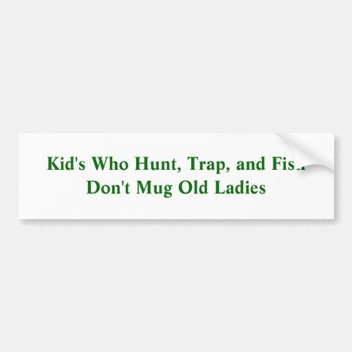 El niño que caza, atrapa, y los pescados no asalta pegatina de parachoque