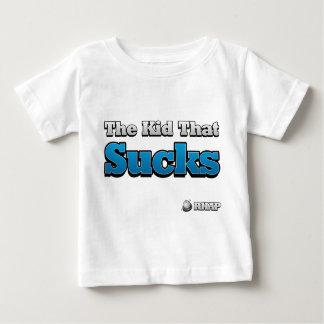 El niño que chupa la camisa para los niños