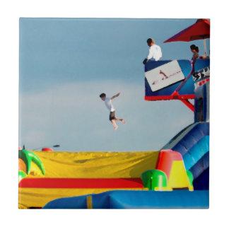 el niño que salta de estilo colorido de la pintura azulejo